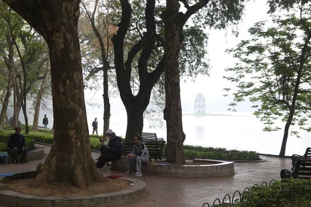 Hồ Gươm mờ ảo trong sương mù trắng xóa - 2