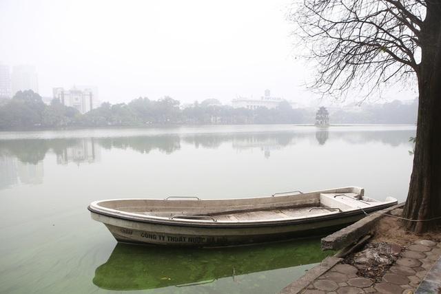 Hồ Gươm mờ ảo trong sương mù trắng xóa - 5