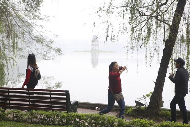 Hồ Gươm mờ ảo trong sương mù trắng xóa - 7
