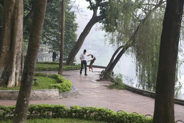 Hồ Gươm mờ ảo trong sương mù trắng xóa - 8