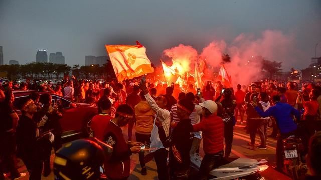 CĐV đốt pháo sáng cổ vũ trước trận U23 Việt Nam - U23 Thái Lan - 10