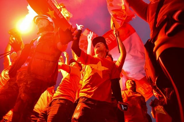 CĐV đốt pháo sáng cổ vũ trước trận U23 Việt Nam - U23 Thái Lan - 6
