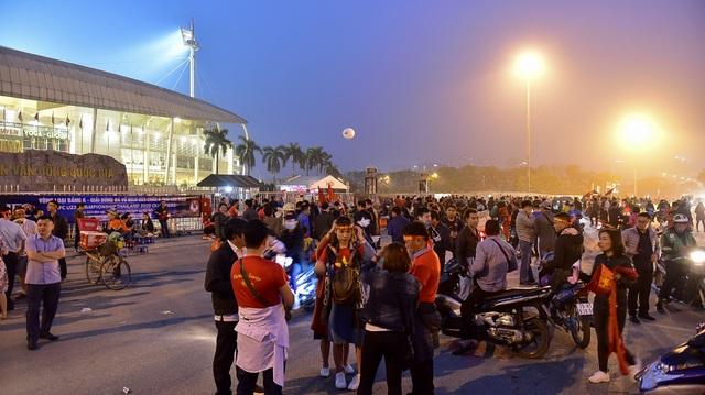 CĐV đốt pháo sáng cổ vũ trước trận U23 Việt Nam - U23 Thái Lan - 1