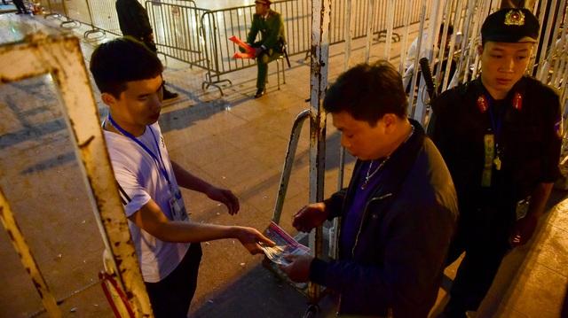CĐV đốt pháo sáng cổ vũ trước trận U23 Việt Nam - U23 Thái Lan - 13