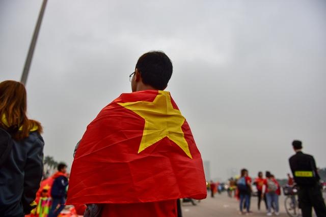 CĐV đốt pháo sáng cổ vũ trước trận U23 Việt Nam - U23 Thái Lan - 12