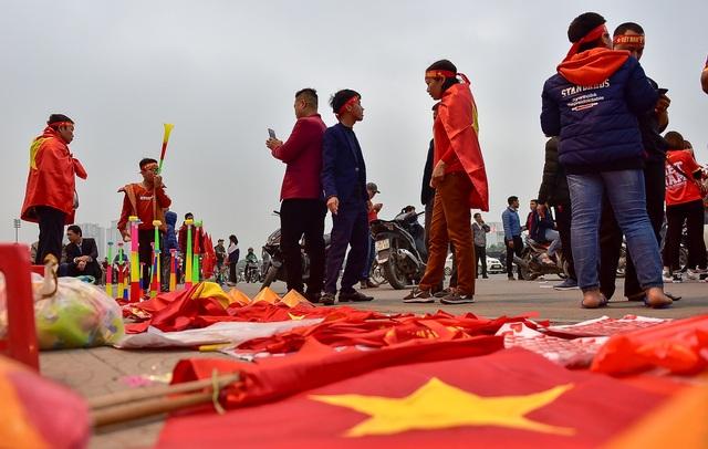 CĐV đốt pháo sáng cổ vũ trước trận U23 Việt Nam - U23 Thái Lan - 11