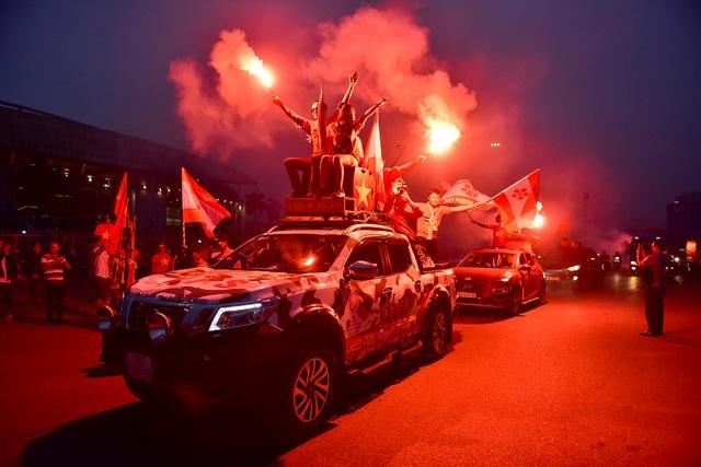 CĐV đốt pháo sáng cổ vũ trước trận U23 Việt Nam - U23 Thái Lan - 4