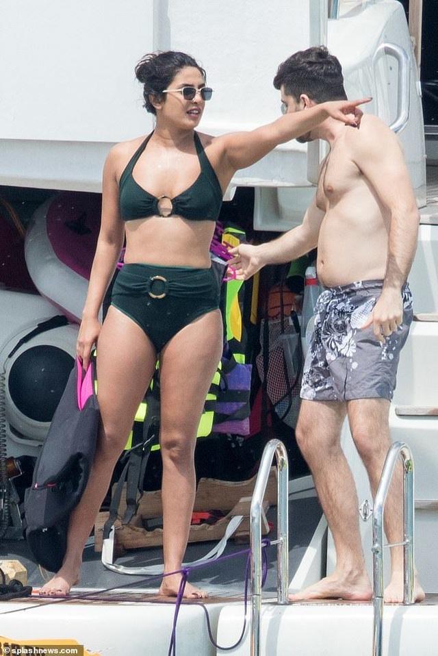 Hoa hậu thế giới diện bikini bên chồng kém 10 tuổi - 2