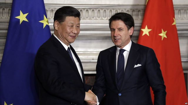 Chủ tịch Trung Quốc Tập Cận Bình và Thủ tướng Ý Giuseppe Conte bắt tay sau khi ký bản ghi nhớ ủng hộ sáng kiến Vành đai và Con đường của Bắc Kinh tại Villa Madama, Rome vào ngày 23/3 vừa qua. (Nguồn: VOA)