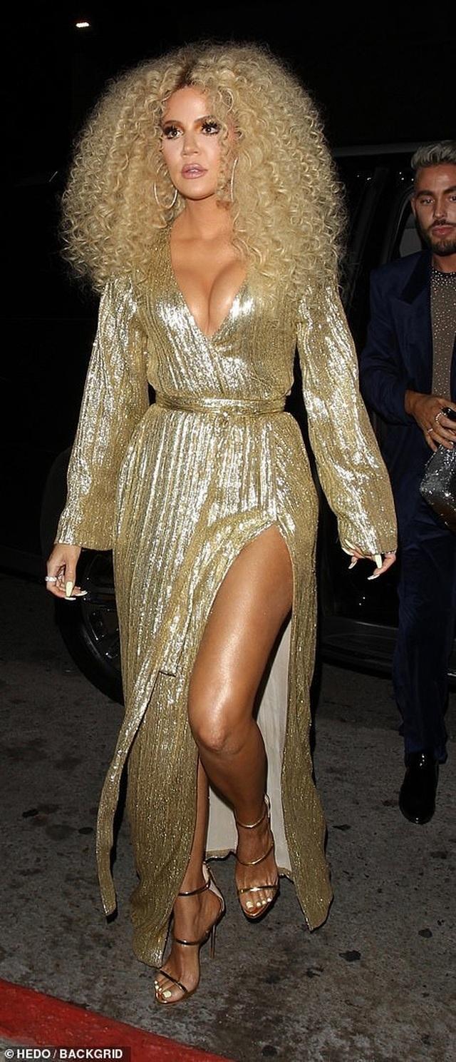 Khloe Kardashian lộ ngực khủng, chân dài - 1