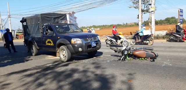 Một phụ nữ nguy kịch sau khi va chạm với ô tô cảnh sát cơ động - 1