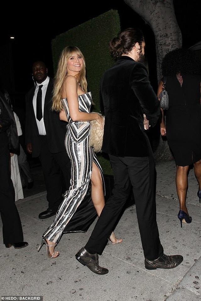 Khloe Kardashian lộ ngực khủng, chân dài - 12