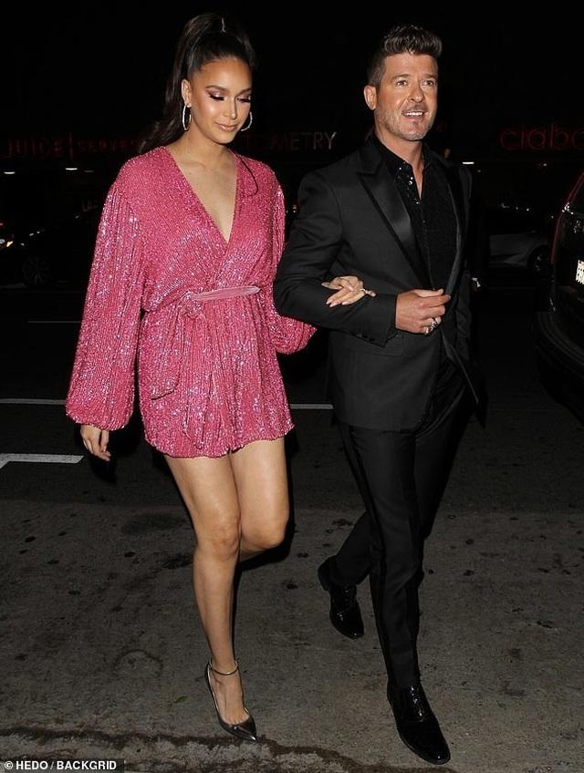 Khloe Kardashian lộ ngực khủng, chân dài - 4