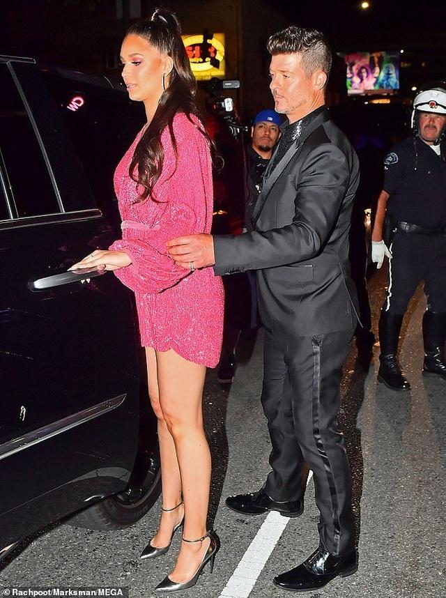 Khloe Kardashian lộ ngực khủng, chân dài - 5