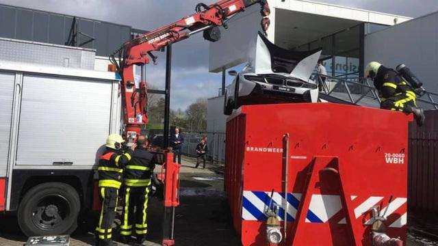 Nhúng nguyên xe BMW i8 chìm trong nước để chữa cháy - 2