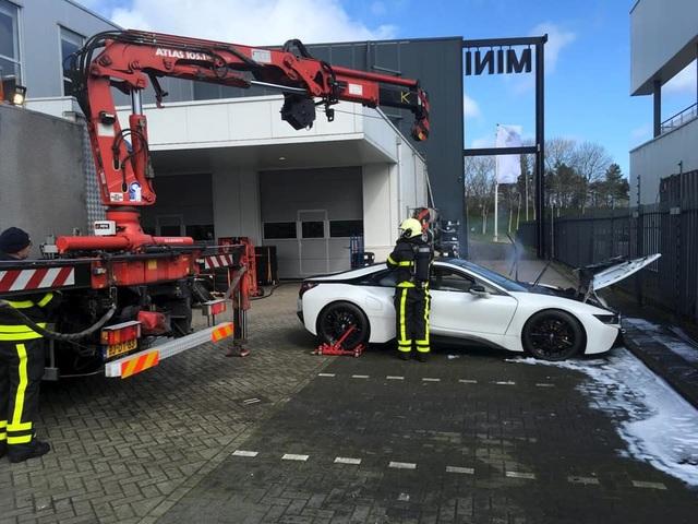 Nhúng nguyên xe BMW i8 chìm trong nước để chữa cháy - 1