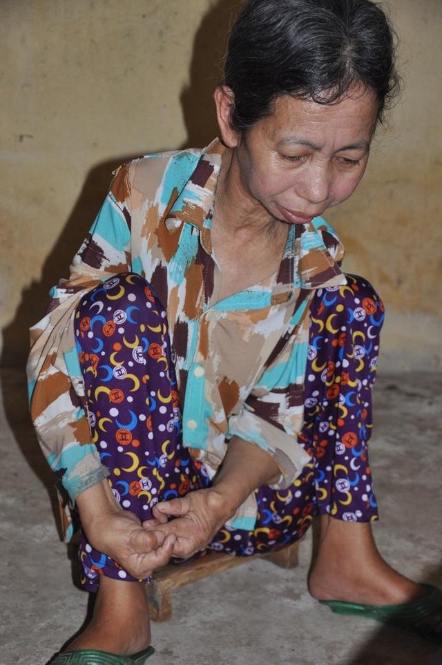 Xót xa cảnh con tàn tật lết từng bước chăm mẹ đau ốm nằm liệt giường - 1