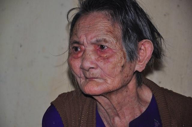 Xót xa cảnh con tàn tật lết từng bước chăm mẹ đau ốm nằm liệt giường - 4