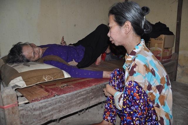 Xót xa cảnh con tàn tật lết từng bước chăm mẹ đau ốm nằm liệt giường - 6
