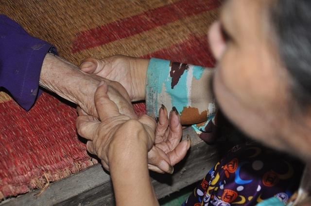 Xót xa cảnh con tàn tật lết từng bước chăm mẹ đau ốm nằm liệt giường - 7
