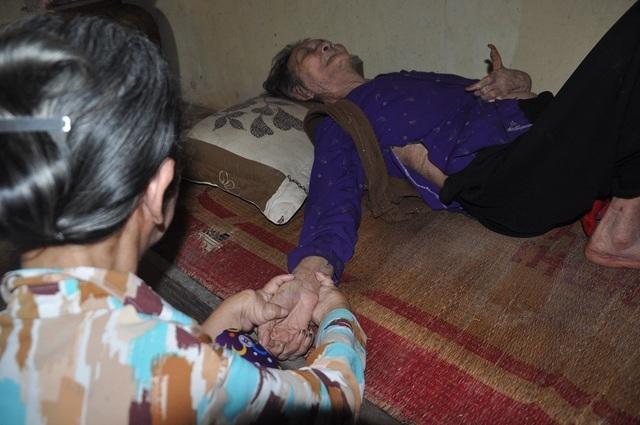 Xót xa cảnh con tàn tật lết từng bước chăm mẹ đau ốm nằm liệt giường - 8