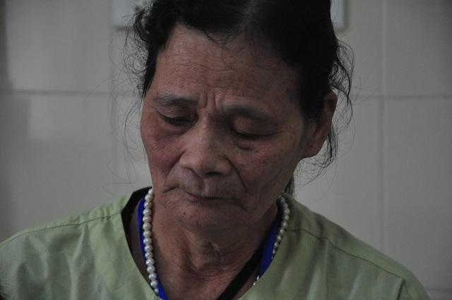 Xót xa cảnh bà ôm cháu bị ung thư vòm họng đi chữa bệnh để trốn đòn roi của ông - 4