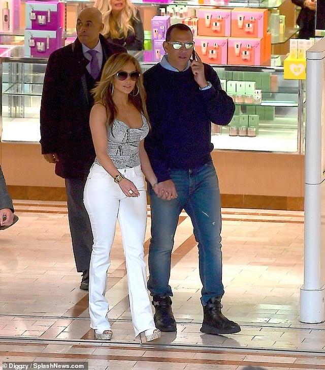 Jennifer Lopez hạnh phúc hôn bạn trai tại trường quay - 4
