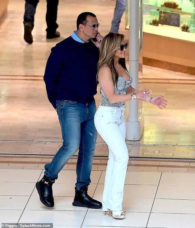 Jennifer Lopez hạnh phúc hôn bạn trai tại trường quay - 9