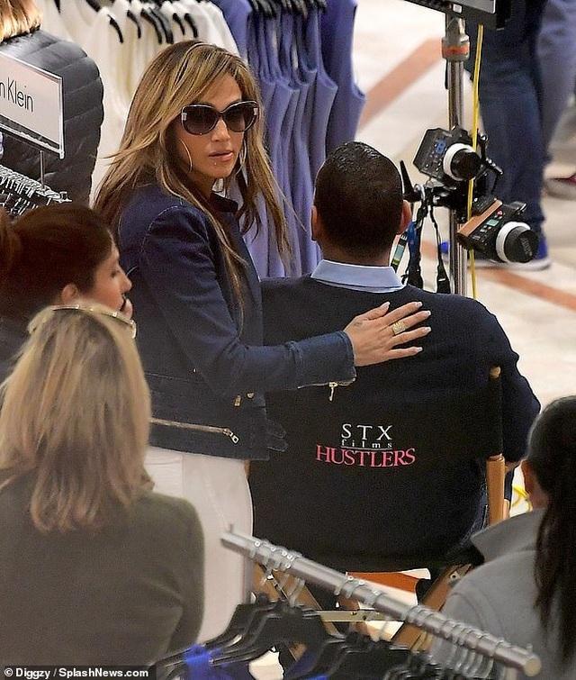 Jennifer Lopez hạnh phúc hôn bạn trai tại trường quay - 7