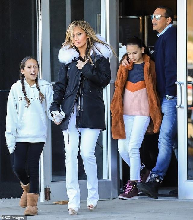Jennifer Lopez hạnh phúc hôn bạn trai tại trường quay - 10