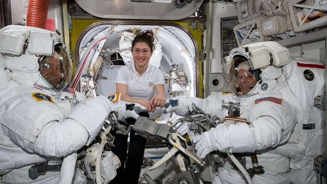 """NASA hủy bỏ kế hoạch để 2 phi hành gia nữ """"đi bộ"""" ngoài không gian vì… thiếu đồ - 1"""
