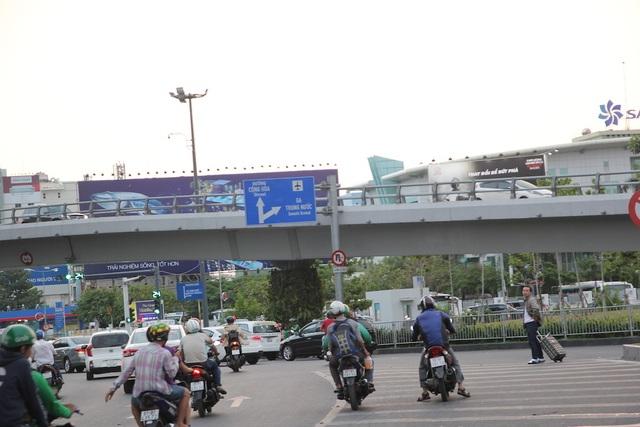 Sân bay Tân Sơn Nhất vẫn là điểm nóng vi phạm giao thông - 1