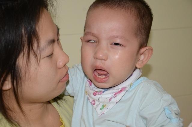 Tiếng khóc xé lòng của bé trai 16 tháng tuổi mắc ung thư võng mạc - 4