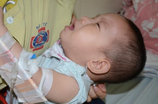 Tiếng khóc xé lòng của bé trai 16 tháng tuổi mắc ung thư võng mạc - 6