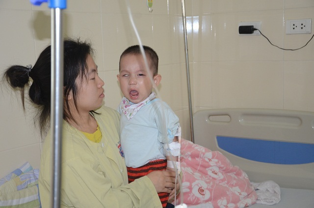 Tiếng khóc xé lòng của bé trai 16 tháng tuổi mắc ung thư võng mạc - 9