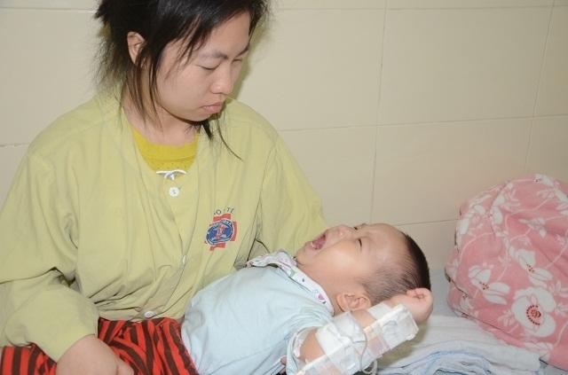 Tiếng khóc xé lòng của bé trai 16 tháng tuổi mắc ung thư võng mạc - 11