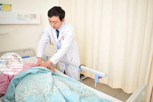 Bệnh nhân L. được các bác sĩ chăm sóc sau ca phẫu thuật