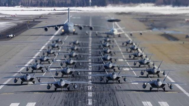 """Phi đội 24 máy bay chiến đấu F-22 của Mỹ tập trận """"Voi đi bộ"""" - 1"""