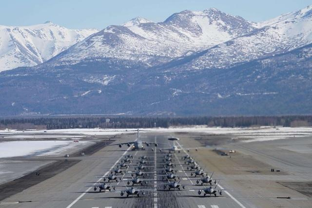 """Phi đội 24 máy bay chiến đấu F-22 của Mỹ tập trận """"Voi đi bộ"""" - 2"""