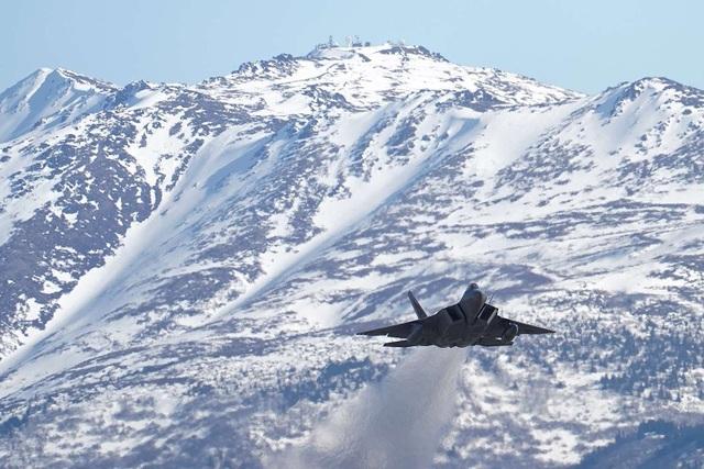 """Phi đội 24 máy bay chiến đấu F-22 của Mỹ tập trận """"Voi đi bộ"""" - 9"""