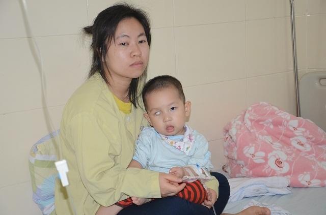 Tiếng khóc xé lòng của bé trai 16 tháng tuổi mắc ung thư võng mạc - 12
