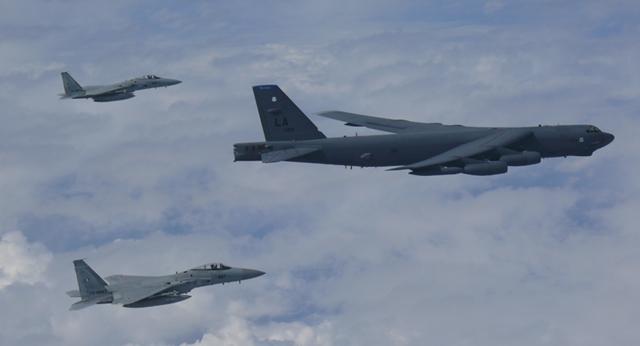Pháo đài bay B-52 của Mỹ diễn tập trên biển Hoa Đông - 1