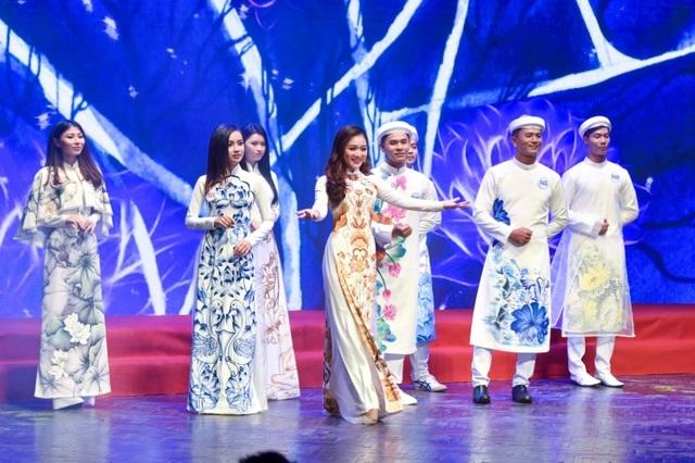 Ngọc Trinh và Hoa hậu trái đất trao vương miện cho hoa khôi thanh lịch - 3