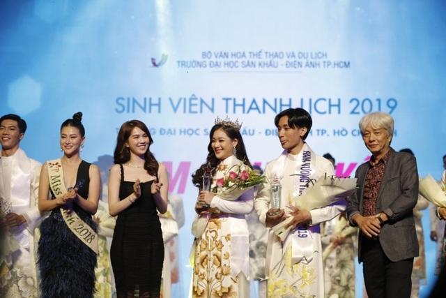 Ngọc Trinh và Hoa hậu trái đất trao vương miện cho hoa khôi thanh lịch - 5