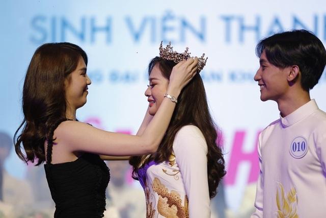 Ngọc Trinh và Hoa hậu trái đất trao vương miện cho hoa khôi thanh lịch - 6