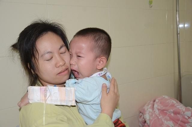 Tiếng khóc xé lòng của bé trai 16 tháng tuổi mắc ung thư võng mạc - 13