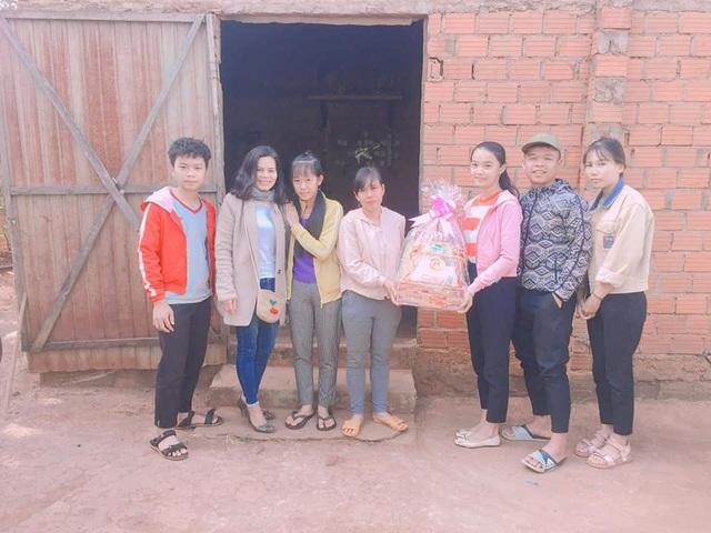 Thầy cô góp gạo giúp cho học sinh nghèo đến trường - 1
