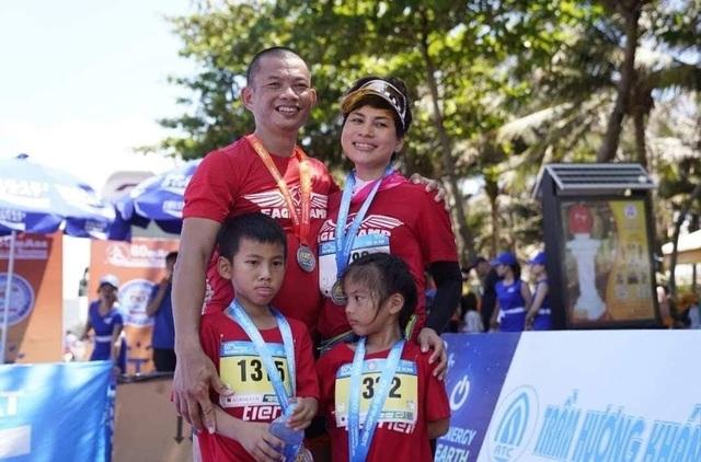 Gia đình VĐV phong trào Phạm Thành Long tại giải Tiênphong Marathon 2019