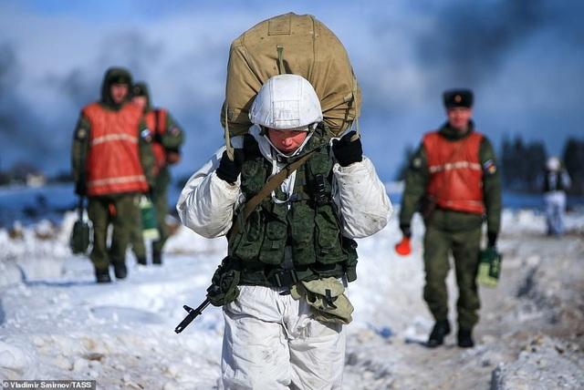 Lính nhảy dù Nga tập trận chống khủng bố ngoạn mục  - 12