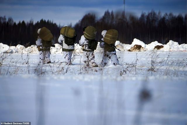 Lính nhảy dù Nga tập trận chống khủng bố ngoạn mục  - 13